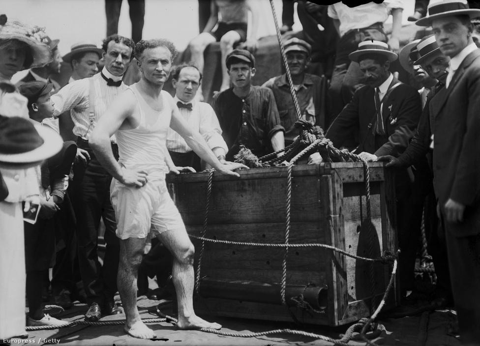 """A """"bilincsek királya"""" igazi szenzációvá vált. A színházakban nézettségi rekordokat döntött, volt, ahol a bejárati ajtót is le kellett szerelni, hogy a nézők beférjenek. 1904-ben a londoni Hippodrome-ban egy több éves munkával kifejlesztett bilincsből sikerült másfél óra alatt kiszabadulnia, hogy hogyan, azt állítólag a mai napig nem tudják. Postazsákokból, óriási focilabdából, vízmelegítőből, dobozokból, fegyenchajóról, vagyis nagyjából mindenhonnan kiszabadult, ahonnan elvileg nem feltétlenül kellene. New Yorkban élve került elő egy szegecsekkel lezárt, vízbe hajított ládából. Úgy vetette le magáról a kényszerzubbonyt, hogy bokájánál fogva felemelték száz méteres magasságba. A kültéri mutatványai nézők tízezreit vonzották; nem sok időbe telt, és Houdini lett a legjobban fizetett előadó."""