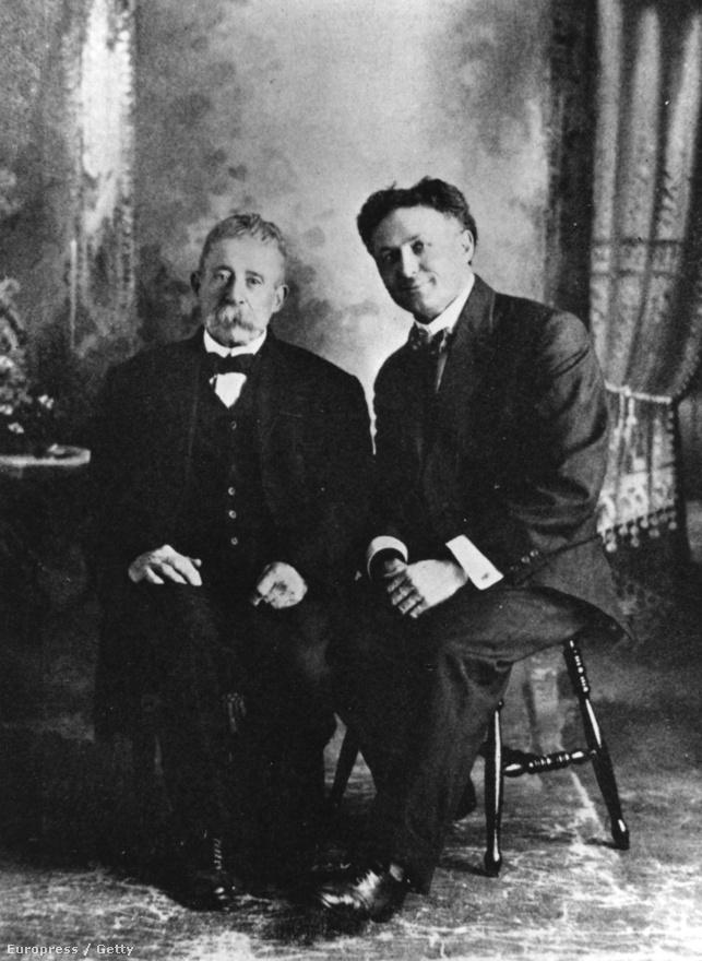"""Egy csaló médium, Ira Davenport társaságában. Látványos mutatványain kívül Houdini a húszas években leginkább arra használta ismertségét, hogy leleplezze a holt lelkekkel állításuk szerint kapcsolatba lépni képes szellemidézőket. Houdini, akinek tulajdonképpen egész munkássága a halálközeli határhelyzetek körül forgott, maga is érdeklődött a spiritizmus iránt, amikor pedig anyja váratlanul meghalt, képzeletvilágát végképp a halál kérdése határozta meg. Az illúziók mestere azonban éppen itt nem akart trükköket: amikor celeb barátja, a Sherlock Holmes figuráját megteremtő Arthur Conan Doyle azzal biztatta, hogy médium felesége, illetve a rajta keresztül megnyilvánuló """"Phineas"""" nevű szellem révén kapcsolatba kerülhet elhunyt anyjával, a szellemidézés végképp kiábrándította Houdinit. Anyja a valóságban sok hibával beszélte az angolt, ehhez képest a szellem 15 oldalnyi idézetei tökéletes irodalmiassággal voltak megfogalmazva - számára ez végképp hiteltelenítette a történéseket. A következő években élete arról szólt, hogy részletesen bemutassa, milyen technikákkal csalnak a korban népszerű spiritiszták."""