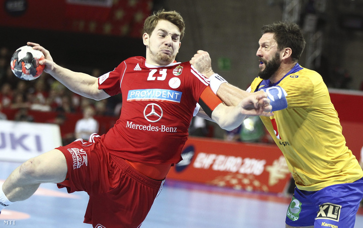 Faluvégi Rudolf (b) és a svéd Tobias Karlsson az olimpiai kvalifikációs férfi kézilabda Európa-bajnokság középdöntőjének 2. csoportjában vívott Svédország - Magyarország mérkőzésen a lengyelországi Wroclawban.