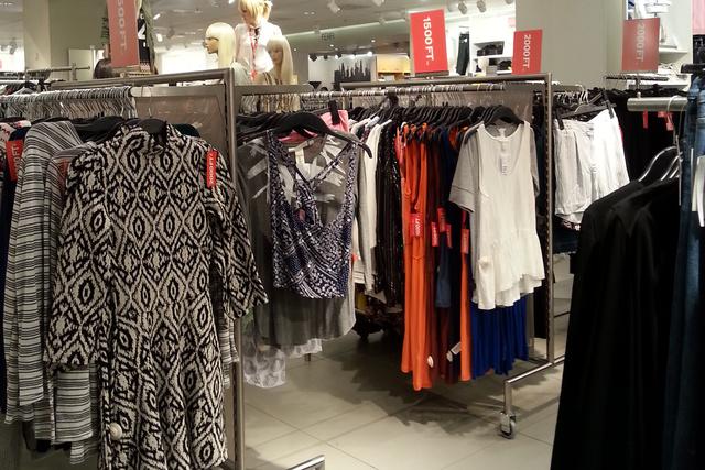 A H&M-ben már kezd kifutni ez a leárazás dolog, alig van valami.