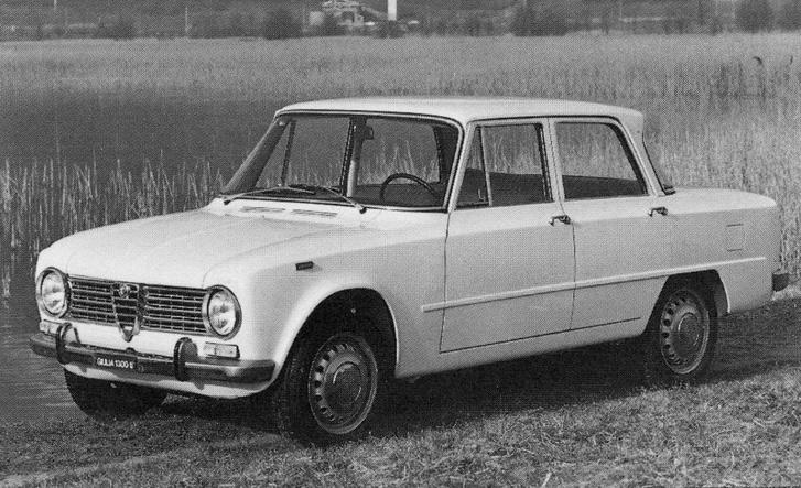 Alfa Romeo Giulia (nem Giulietta!) a hatvanas évek közepéről. A morc tekintet kicsit átszivárgott a 103-asból