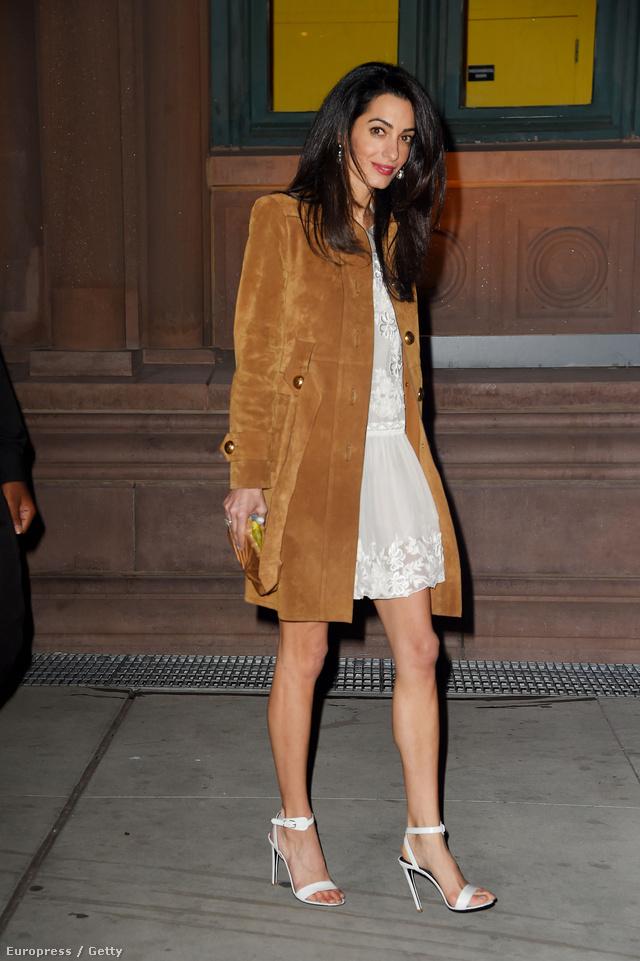 Az Alberta Ferretti sifon ruha felett viselt karamell színű velúr kabát 2460 fontba, 1 millió forintba kerül a Guccinál.