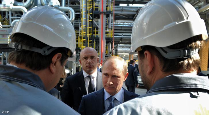 Putyin egy orosz olajfinomítóban a Fekete-tengernél