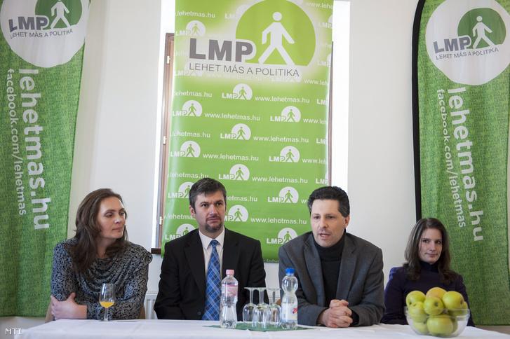 Hadházy Ákos 2014-ben Szekszárdon, amikor bemutatkozott Tolna-megye országgyűlési képviselőjelöltjeként az LMP színeiben.