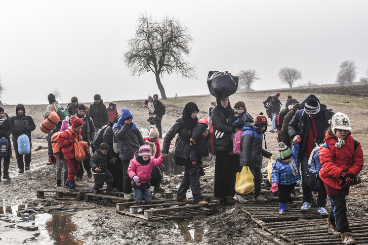 Németország felé tartó menekültek a szerb-macedón határon