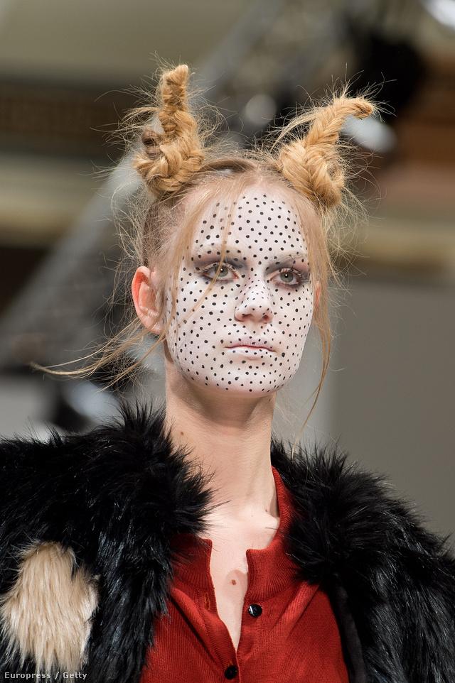Abodi pöttyös arcú modellje Londonban.