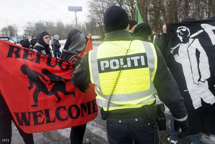 Az Állítsátok Meg az Iszlamizálódást Dániában (SIAD) nevű dán szervezet tüntető aktivistáit (b) és ellentüntetőket igyekeznek szétválasztani rendőrök a dán-német határon a dániai Krusaa közelében 2016. január 9-én.