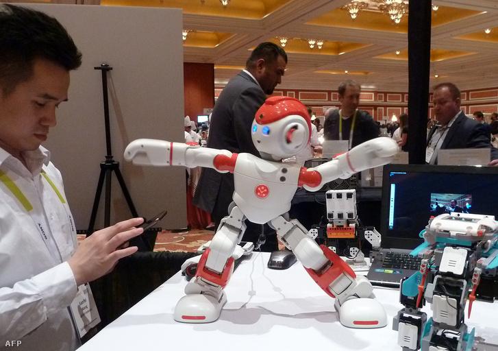 Táncoló kínai robot a 2016-os CES-en Las Vegasban.