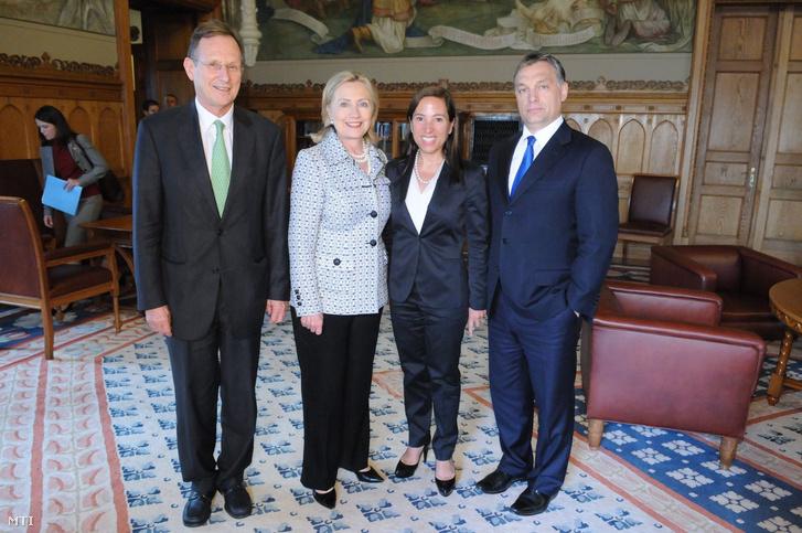 Az Amerikai nagykövetség által közreadott képen Orbán Viktor, Hillary Clinton, Szapáry György és Eleni Tsakolpoulos Kounalakis 2011. június 30-án.