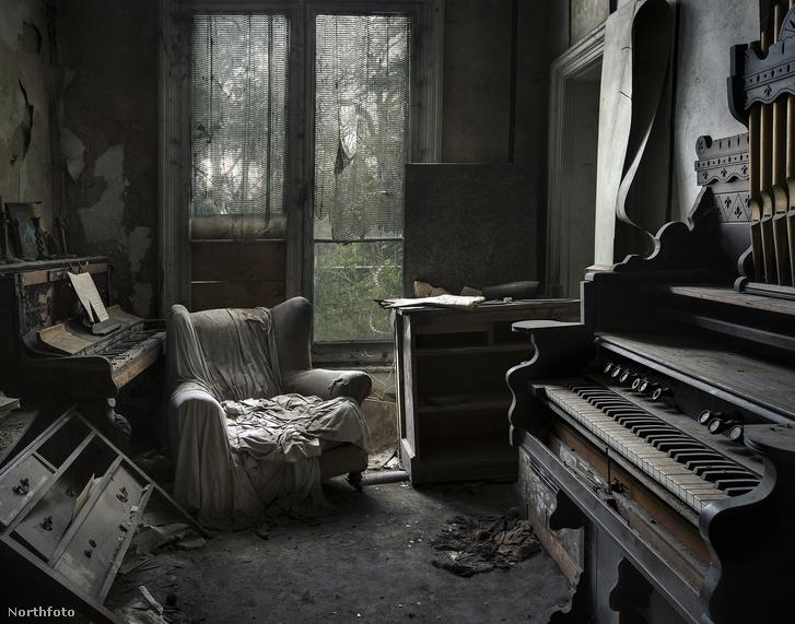 Szomorú látványt nyújt a múltidéző karosszék és zongora.
