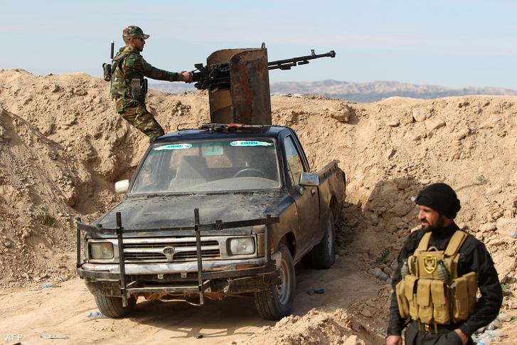Iraki szunni harcosok a frontvonal közelében, Al-Fatha mellett.