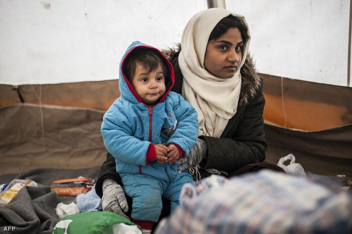 Menekült kisfiú az édesanyjával egy macedeón határnál.