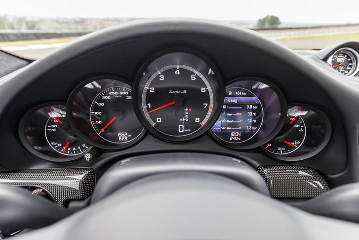 Tradicionális Porsche műszerfal és óra elrendezés