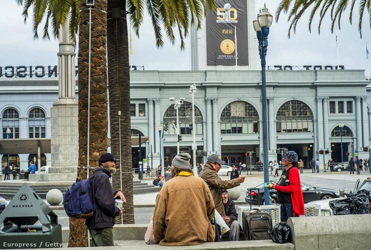 San Franciscó-i hajléktalanok, háttérben a Super Bowl 50 logója