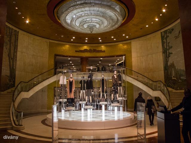 Ne kerülje el Milánóban az üzleteket sem! Ez itt például egy elég elegáns Zara bejárat.