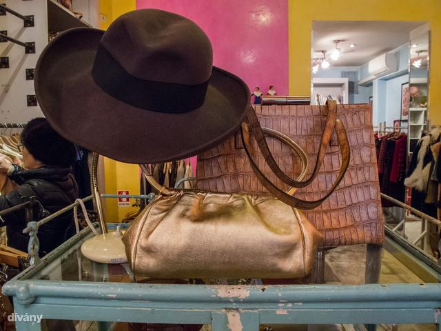 A Cavalli e Nastriban simán vannak Chanel kosztümök, de mondjuk 1000 euróba kerülnek.