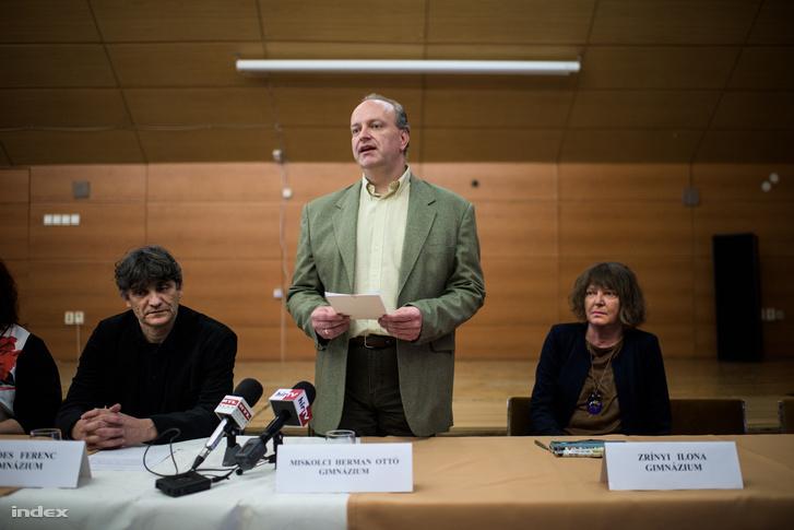 Piltz Olviér beszél a miskolci Herman Ottó Gimnáziumban tartott sajtótájékoztatón