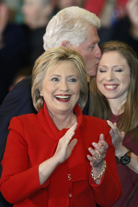 """""""Hihetetlen éjszaka, micsoda fantasztikus kampány volt ez!"""" - kezdte Hillary Clinton győzelmi beszédét, már ha győzelemnek lehet azt nevezni, hogy abszolút favoritként, elképesztő erőforrásokkal és a pártelit teljes támogatásával a háta mögött mindössze 1%, sőt fél százalékon belüli különbséggel tudott első lenni. Nem beszélt egyértelmű győzelemről ugyanakkor, azt mondta csak, """"úgy hiszem, nyertünk"""", illetve azt is elárulta, hogy fellélegzett az eredmény miatt."""