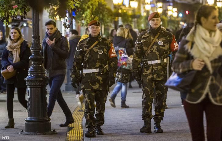 A Magyar Honvédség fegyveres rendész járőrei a belvárosi Váci utcában a Párizsban végrehajtott terrorcselekmények utáni napon 2015. november 14-én.