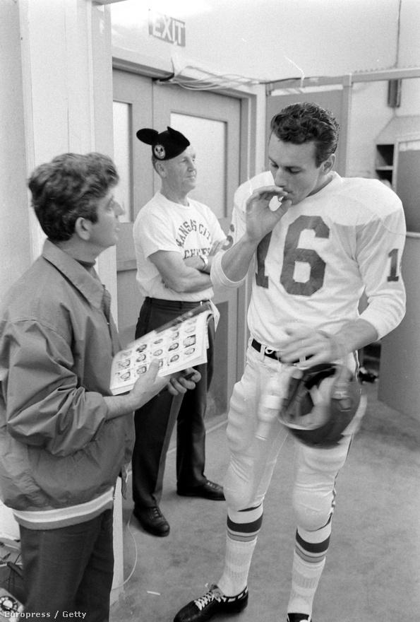 Max McGee mellett is volt bőven legendás alak az első Super Bowlon, például a láncdohányos Chiefs-irányító, Len Dawson, aki a meccs előtt, de a meccs szünetében is alig tudta lerakni a cigarettát. 1967-ben, az első Super Bowlt ugyan elvesztette, de amikor legközelebb a döntőbe jutott, már nyert. Akkor pedig jobb dolgot szorongatott a meccs után, mint egy cigarettát, ugyanis telefonon maga Nixon elnök gratulált Dawsonnak. Az irányító mellett A Kalapácsnak becézett Fred Williamson is közkedvelt alakja volt a Chiefsnek – a védő a karjával mért hatalmas ütésekről kapta becenevét, a Super Bowlban viszont nem alkotott maradandót. Később több harcművészeti ágban is fekete övet szerzett, majd az amerikaifutballal felhagyva színészkedni kezdett: játszott többek között a Mash-ben, számos fekete akciófilmben (melyeknek egy részét maga rendezte), de az Alkonyattól pirkadatigban és a 2004-es Starsky és Hutchban is benne volt.