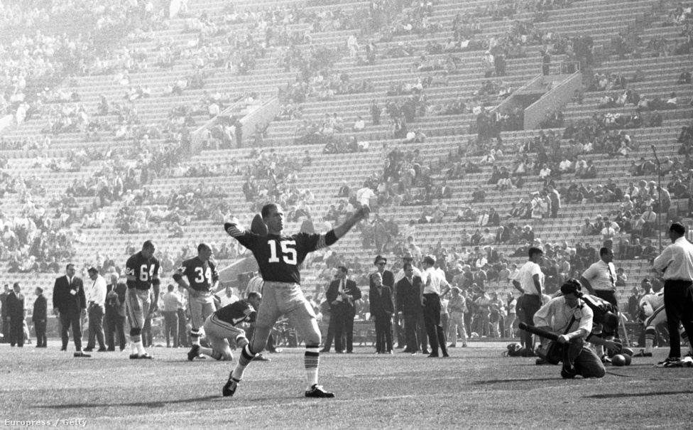 Az NFL és az AFL közötti vetélkedés természetesen hatalmas terhet rótt a csapatokra is, hiszen saját bajnokságuk büszkeségéért küzdöttek, mégis a Packersnek volt nagyobb vesztenivalója. Mivel az volt a konszenzus, hogy az 1920 óta létező NFL mérföldekkel jobb, a Green Bay már egy szoros győzelemmel is rontotta volna az NFL megítélését. Éppen ezért a Packers vezetőedzőjét, Vince Lombardit az összes NFL-csapat tulajdonosa megtalálta a meccs előtt, és közölték vele, hogy verje agyon a Chiefset, ha jót akar magának. Az viszont, hogy két különböző bajnokságból jöttek a csapatok, a szabályokban és szokásokban is megjelent, azok ugyanis némileg eltértek a két ligában. Az AFL bírói színes ruhát viseltek, az NFL-esek viszont hallani sem akartak erről, ezért állt elő végül a Wilson sportszergyártó a fehér nadrágból, függőlegesen fekete, fehér csíkos, rövidujjú felsőből és fehér sapkából álló szettel, amire mindkét liga rábólintott. A labdák viszont eltérők maradtak: a Packers az NFL-ben használt a Wilson Duke-ot, a Chiefs az AFL-es Spalding JS-V-t használta – utóbbi 6 milliméterrel hosszabb és valamivel elnyújtottabb volt, ezért azt tartották róla, hogy könnyebb vele passzolni.