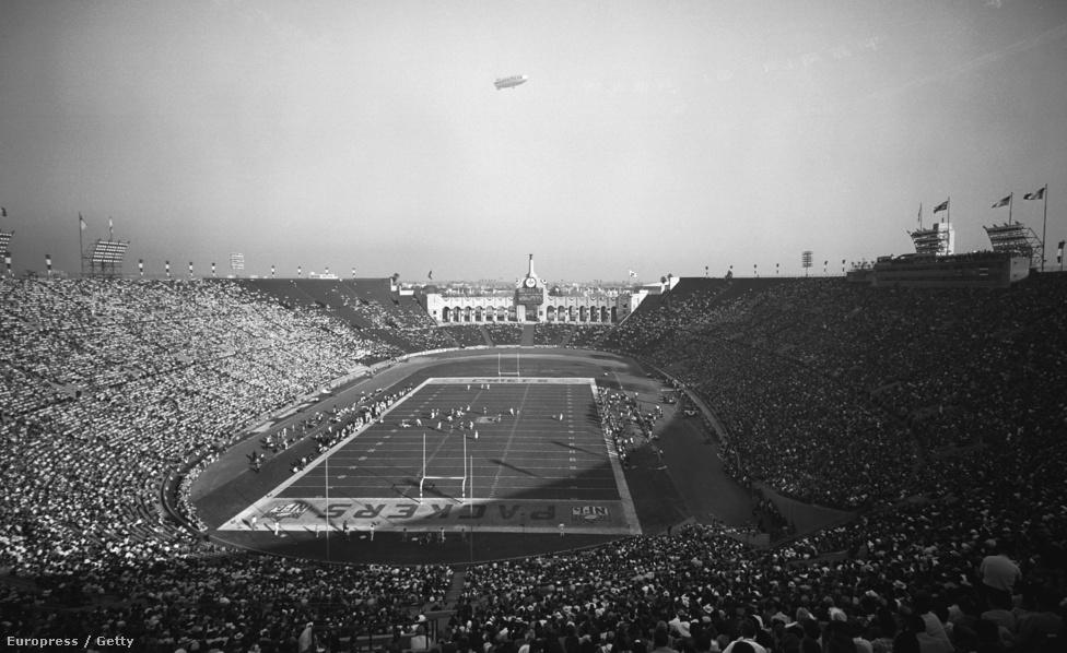 1967 januárjában két aktív profi amerikaifutball-bajnoksága volt az Egyesült Államoknak: a National Football League és az American Football League. Utóbbit 1960-ban alapították, de 1966-ra világos lett, hogy a növekvő népszerűsége miatt az NFL nem teheti meg, hogy nem vesz róla tudomást, ezért hosszú tárgyalások után 1966 nyarán bejelentették, hogy a két liga egyesülni fog, előtte pedig már az az évi szezontól kezdve a győztesei megmérkőznek egymással – így találkozott 1967. január 15-én az NFL-t megnyerő Green Bay Packers az AFL-győztes Kansas City Chiefsszel. A döntőt viszont eredetileg AFL-NFL World Championship Game-nek, vagyis AFL-NFL világbajnoki döntőnek nevezték el, a Super Bowl elnevezést a sajtó kezdte el használni. A legenda szerint a Kansas City Chiefs tulajdonosa, egyben az AFL alapítója, Lamar Hunt találta ki a Super Bowl nevet, ami a gyerekei egyik játékáról, a Superball nevű tömör gumilabdáról jutott eszébe azon a gyűlésen, ahol a döntő helyszínéről próbáltak határozni. Ám ez a gyűlés csak 1966 decemberében volt, miközben a sajtóban már szeptemberben, a szezon elején használták a Super Bowl elnevezést. Ezt egyébként Packers-edző Vince Lombardi ki nem állhatta, sokkal jobban örült volna, ha a döntőt simán csak The Bowlnak nevezik el.