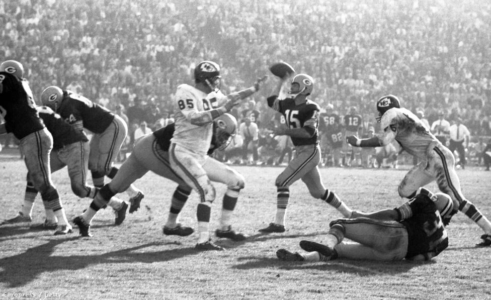 A Super Bowl I-ben győztes Packers játékosai 15 ezer dollárt kaptak a győzelemért, a vesztes Chiefs-játékosok 7500 dollárral gazdagodtak. Mivel előtte a packersösök megkerestek már 10 ezer dollárt az NFL megnyerésével, elég szép bónuszhoz jutottak: a 60-as években a legtöbb játékos bár profi volt, de volt mellékállása, így az egy idényben keresett 15-18 ezer dollár mellé két meccs alatt 25 ezer óriási jutalomnak számított. Az MVP-nek választott Starr a díjjal együtt nyert egy Chevrolet Corvette sportautót is, amit azonnal felajánlott egy jótékonysági árverésre – a kocsiért kapott pénzből hozta létre a Rawhide Boys Ranch nevű, problémás fiatalokkal foglalkozó szervezetet Wisconsinban, ami a mai napig létezik.A mérkőzésen egyébként 750 ezer dollárnyi jegybevétel jött össze, ami rekordot jelentett egy sporteseményt nézve – hiába volt a Ramsnek magasabb nézőszáma ugyanabban a stadionban korábban, a döntőre természetesen drágábban adták a jegyeket.