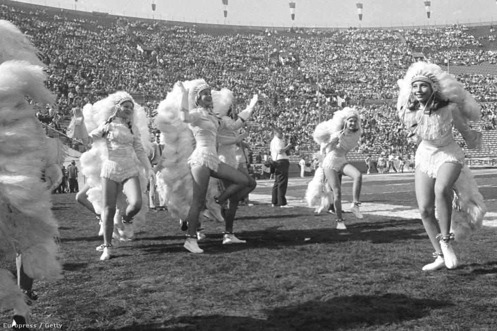 A semmiféle múlttal rendelkező döntő egyáltalán nem számított nagy eseménynek, óriási felhajtás sem előzte meg, az újságok inkább a vietnami háborúról szóló hírekkel voltak tele. Mai szemmel nézve leginkább bukásnak lehetne nevezni a 93 ezres férőhelyű Los Angeles Memorial Coliseumban rendezett mérkőzést, amin hivatalosan 61946 néző volt. Az NFL akkori főnöke, Pete Rozelle évekkel később is azt mondta, hogy a 30 ezer üres hely az első dolog, ami a legelső döntőről az eszébe jut. Hogy mennyire kevés volt a majdnem 62 ezer néző, azt az mutatja a legjobban, hogy egy hónappal korábban, a Los Angeles Rams és a Green Bay Packers alapszakaszmeccsén 72,5 ezren voltak kint a Coliseumban. De az is beszédes, hogy amikor napokkal a meccs előtt feltörték a Chiefs egyik széfjét, csak az abban található pénzt vitték el, a döntőre szóló 2000 jegyhez hozzá sem nyúltak. Ennek ellenére olyan hírességeket sikerült a nézőtérre csábítani, mint Henry Fonda, Kirk Douglas, Walter Cronkite, Bob Hope és Johnny Carson, sőt, mindkét csapat kispadja mögött öt-öt úrhajós ült a lelátón. Hírességek ide vagy oda, a mai napig ez maradt a legkisebb nézőszámú Super Bowl, és az egyetlen, amire nem adtak el minden jegyet.