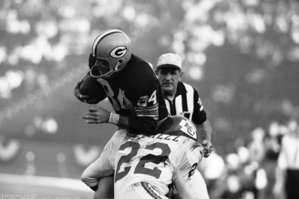 A teljesen más hátterű csapatok egészen másképp is készültek a mérkőzésre. A Green Bay Packers és Vince Lombardi eredetileg úgy tervezték, hogy amíg csak lehet, Wisconsinban maradnak, és onnan mennek Los Angelesbe, de túl nagy volt a hó, így kénytelenek voltak Kaliforniába repülni. Az NFL azt akarta, hogy Los Angeles környékén szálljanak meg, Lombardi viszont erről hallani sem akart, inkább Santa Barbarába ment a csapattal, ahol még a környező hegyeket is kitakarta játékosai elől, nehogy azok másra koncentráljanak edzés közben. Eközben a Chiefs Los Angelesben tökéletes AFL-kampányt folytatott, állandóan a média rendelkezésére álltak, és mindent megtettek, hogy egy hét alatt a lehető legnagyobb figyelmet kapjon a bajnokságuk.