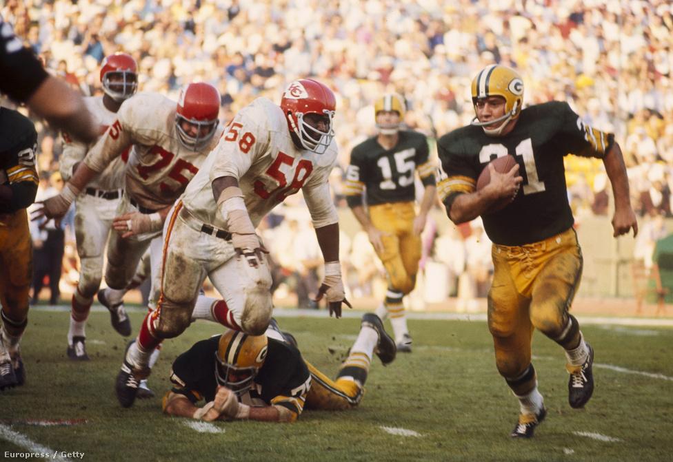 A különbségek a két csapat stílusában is komolyan meglátszottak. Akkoriban az NFL-csapatok, így a Packers is, főleg a futójátékra építettek, míg az AFL-ben a másik liga által lenézett passzjáték hódított már. A Packersnek nem is volt sok támadójátéka, azokat viszont tökéletesen hajtották végre, míg a Chiefsnél inkább az újításokon dolgoztak: előttük nem sok irányító mozgott jobbra-balra a támadófal mögötti zsebben, ahogy a tight endeket sem gyakran vonták be a passzjátékba elkapóként, míg a Chiefs ezeket mind előszeretettel csinálta. A játékstílus mellett az emberállomány is nagyon más volt a két csapatban: a Packers játékosai átlagosan 7 kilóval könnyebbek és jó pár centivel alacsonyabbak voltak, a fizikai hátrányt viszont kétszer, háromszor nagyobb rutinjukkal és makulátlan technikájukkal ellensúlyozták – a Packers-játékosok közül sokan már 30 fölött jártak 1967 elején, cserébe 10-12 éves tapasztalattal rendelkeztek, míg sok chiefses alig amerikaifutballozott 3-4 éve profi szinten.