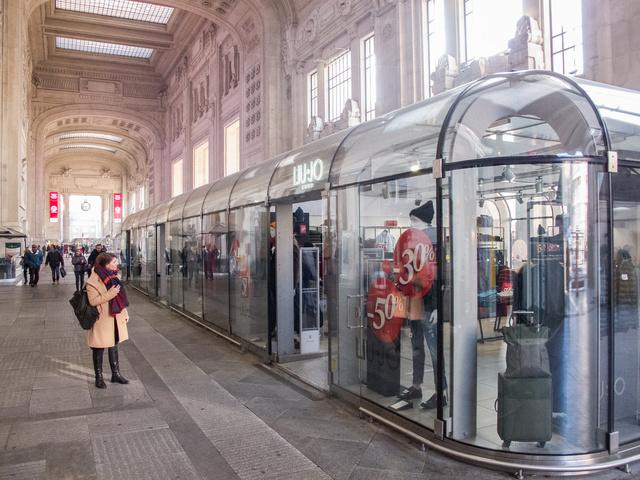 Milánóban a Centrale pályaudvaron nem rántotthúsos szendvicseket és túlárazott kólát árulnak az előtér bódéiban, hanem Calvin Klein fehérneműket és LiuJo ruhákat.