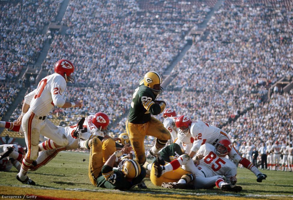 A Chiefs és a Packers sikerét sokan annak is tulajdonítják, hogy a rasszok szerint akkoriban még eléggé szegregált bajnokságokban nem a játékosok bőrszínét, hanem a tehetségét nézték. Olyannyira, hogy a Chiefsnél egyedülálló módon külön játékosmegfigyelők voltak, akik olyan egyetemeken keresték a tehetségeket, ahol csak feketék tanultak. A Super Bowl I-en játszó keretekből összesen 14-en kerültek be a Hírességek Csarnokába, közülük heten is feketék voltak.