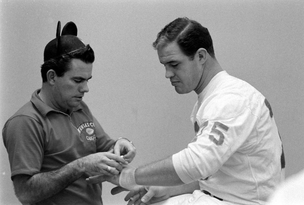 Mickey Egér fülei viszont nem a jókedv miatt kerültek a Chiefs öltözőjébe. Hank Stram, a vezetőedző küldte el a csapat szertárosát, Bobby Yarborough-t a kezdés előtt, hogy vegyen minél több egérfüles sapkát, és valahonnan szerezze be a Mickey Egér-show zenéjét is, hogy azt játsszák az öltözőben. Stram ezzel akarta feltüzelni csapatát, ha már a meccsre készülve végig azt hallgatták, hogy az AFL csak egy mikiegér-bajnokság az NFL-hez képest, úgyhogy megpróbált viccet csinálni a heccelésből.A képen éppen egy csuklót kötöző Yarborough egyébként 1960-tól harminc éven át dolgozott a Chiefs szertárosaként, a végére pedig több is lett annál. A később a Hírességek Csarnokába beválasztott Bobby Bell csak neki engedte, hogy bekötözze a bokáját, az 1966-os szezonban pedig Otis Taylor, a csapat elkapója pedig mindig neki adta a jegygyűrűjét a mérkőzések idejére – Yarborough a cipőfűzőjére kötve őrizte azt. A legnagyobb érdeme viszont talán az volt, kifejlesztett egy speciális sisakot a Chiefs linebackerének, Willie Laniernek, aki egy agyi vérömleny miatt a speciális, párnázott sisak nélkül nem is játszhatott volna. Ez azóta a Hírességek Csarnokának tárgyi kollekciójában található.