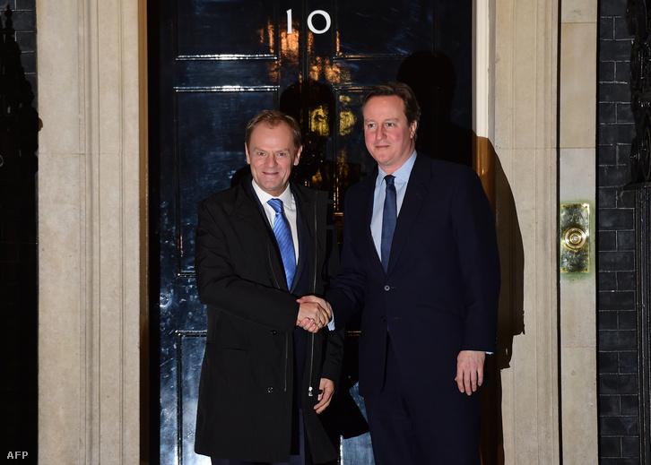 David Cameron brit miniszterelnök (j) fogadja a munkavacsorára a londoni kormányfői rezidenciára, a Downing Street 10-be érkező Donald Tuskot, az Európai Tanács elnökét 2016. január 31-én.