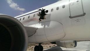 Robbanás ütött lyukat egy repülőgép oldalán Szomáliában