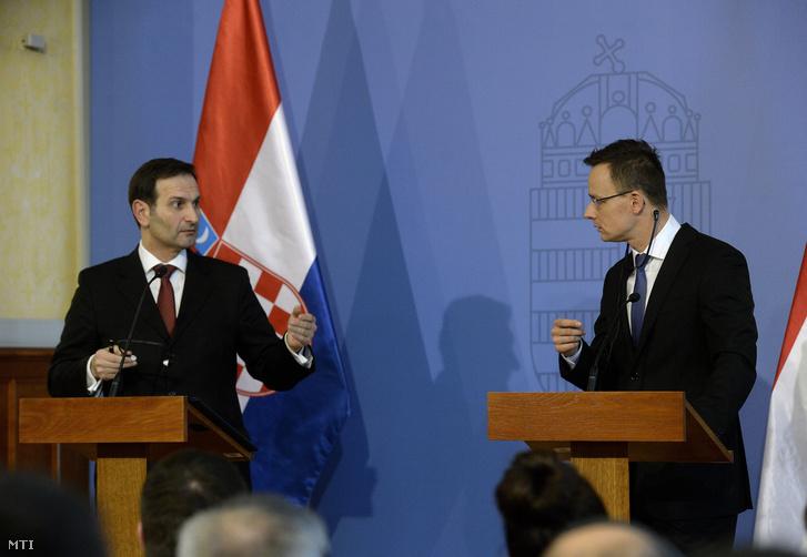 Miro Kovac horvát külügyminiszter (b) és Szijjártó Péter külgazdasági és külügyminiszter a találkozójukat követően tartott sajtótájékoztatón.