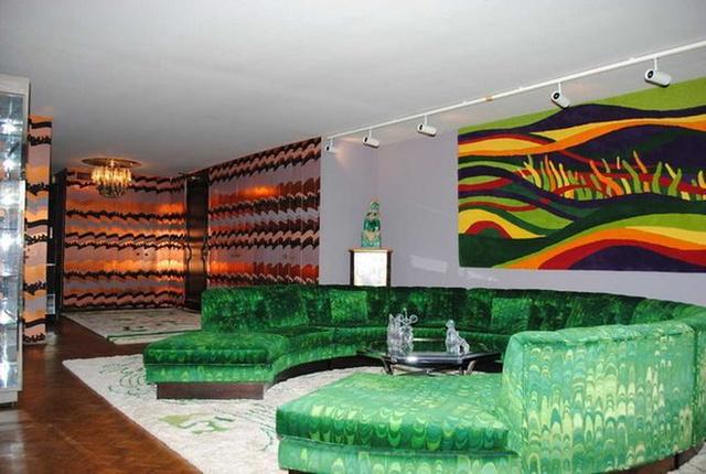 Fehér szőnyeget toltak az élénkzöld, félkör alakú bulikanapé alá a hetvenes években.