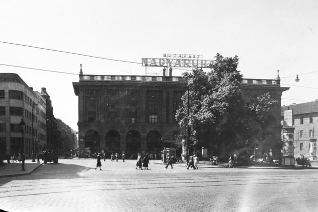 1951-et írunk, akkor így nézett ki a Corvin Áruház.