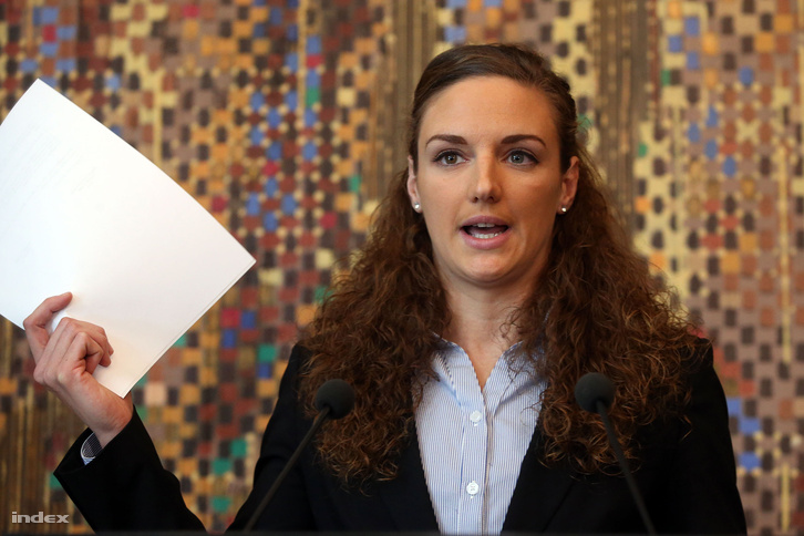 Hosszú Katinka a sajtótájékoztatóján, mikor elutasította és széttépte a MÚSZ szerződés ajánlatát.