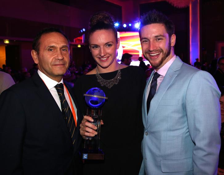 Gyárfás Tamás, Hosszú Katinka és Shane Tusup Dohában, akkor átvette a világ legjobbjának járó díjat.