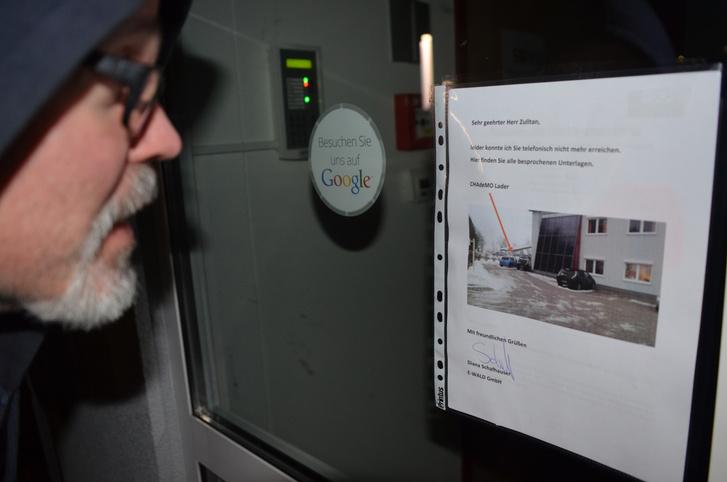 Már épp feladni készültem a keresést, mikor az E-Wald ajtajában kiszúrtam a dossziét. Fényképes magyarázat, bevetésre kész RFID kártya, minden szükséges papír ki volt ragasztva