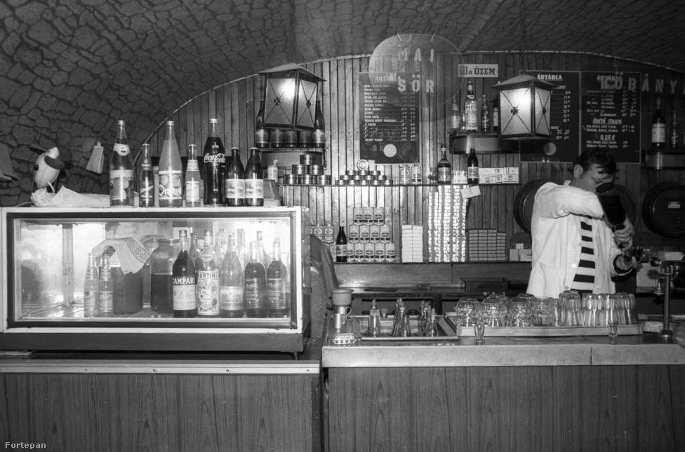 Kocsmabelső 1983-ban. Az 1970-es évek végére mintegy 70 ezer kisiparos és -kereskedő működött Magyarországon, utóbbiak közé tartoztak az italkimérők is. Számukra az engedélyt 1949-től 1970-ig a Belkereskedelmi Minisztérium adta ki, később átkerült a helyi tanácsokhoz ez a jog. Amíg Budapesten döntöttek, a legtöbbször a megbízható káderek előtt volt nyitva a lehtőség, a decentralizálás után lazult valamit a rendszer.