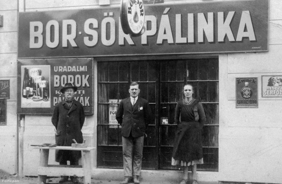 Söntést vezető család 1930-ban. 1921-ben lépett életbe Magyarországon a szesztörvény: az alkoholfogyasztás legális maradt, de az otthoni párlatfőzést megtiltották. Tudta, hogy ha ma bemegy egy kocsmába, akkor valószínüleg egy alkoholgyártó promóciós poharaiból iszik? Ez hasonlóan volt már 80 évvel ezelőtt is. A szeszfőzdék – mint a képen is látható Zwack Gyár –, nemcsak a termékeivel járult hozzá a hely üzemeltetéséhez, hanem adtak poharakat és cigarettatárcákat is például.