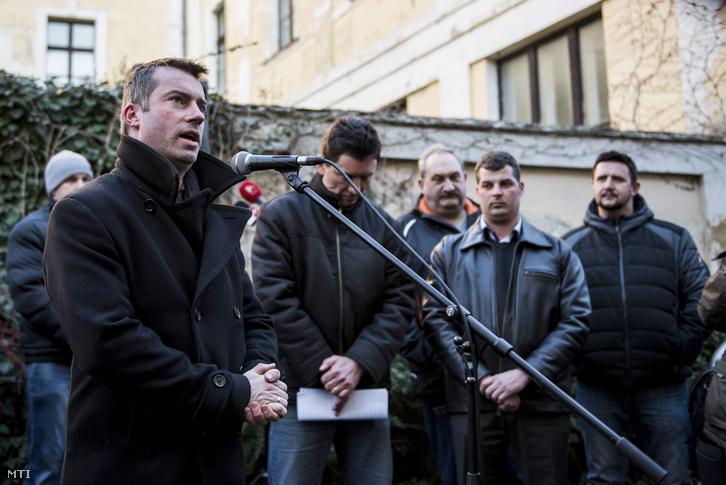 Ferenczi Gábor Devecser polgármestere beszédet mond a vörösiszapperben született elsőfokú ítélet miatt rendezett demonstráción.