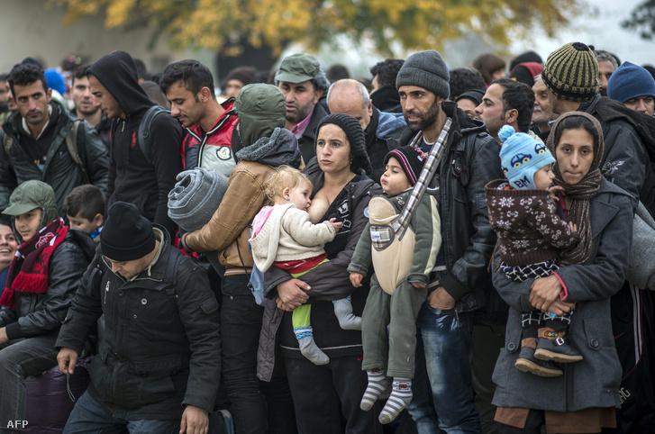 Gyerekkel érkező menekültek várakoznak a macedón-szerb határon