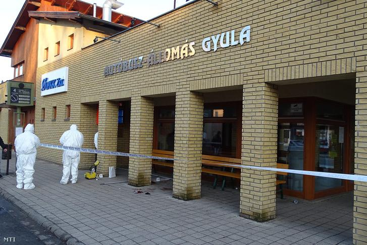 Bűnügyi helyszínelők dolgoznak 2016. február 5-én a gyulai autóbusz-állomásnál ahol holtan találtak egy férfit.
