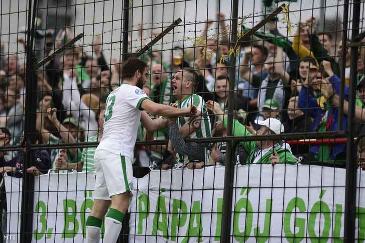 A ferencvárosi Böde Dániel örül a csapat szurkolóival a labdarúgó OTP Bank Liga 26. fordulójában játszott PMFC-Matias - Ferencváros mérkőzésen Pécsen 2015. május 3-án.