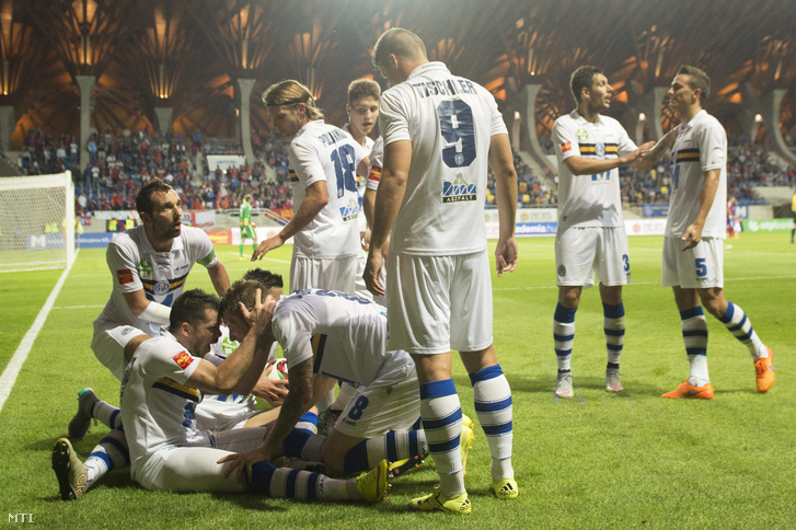 A Puskás Akadémia játékosai örülnek góljuknak az OTP Liga 6. fordulójában játszott Puskás Akadémia FC - Vasas FC bajnoki labdarúgó-mérkőzésen a felcsúti Pancho Arénában 2015. augusztus 22-én.