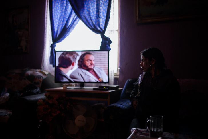 """Andrea pillant rá a tévére beszélgetés közben otthonában. Telefonja nincs, a gyerekeknek viszont igen az mondja, ők szeretnének mindenáron. """"Ha valamit akarnak, akkor addig fújják, amíg meg nem vesszük nekik. Különben haragusznak ránk"""" – mondta. A televízóval ugyanez a helyzet."""