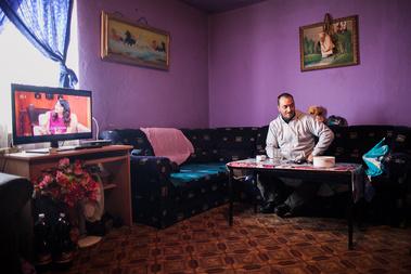 Andi férje otthonukban a részletre vett tévéjükkel